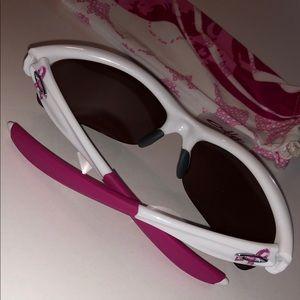 ✨OAKLEY Breast Cancer Awareness sunglasses 💕